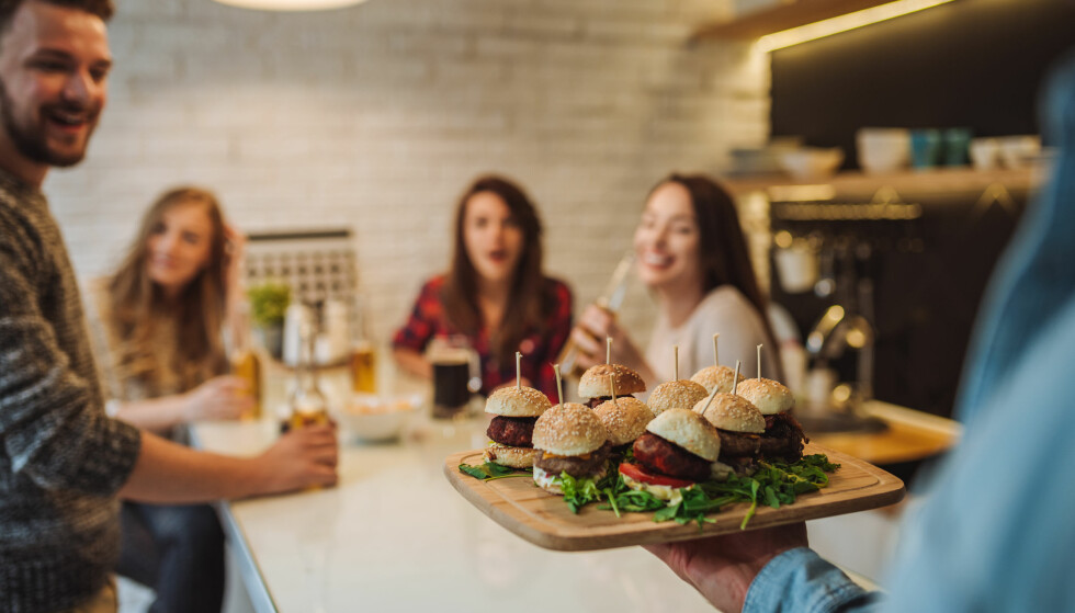 USUNN MAT: Det er ingen tvil om at hamburger frister mer enn salat når man er ute og spiser. FOTO: NTB Scanpix