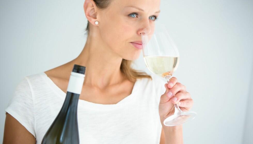 SMAK OG BEHAG: Det er ingen fasit for når vinen blir dårlig, du må smake og kjenne etter selv hva du synes er greit. FOTO: NTB Scanpix