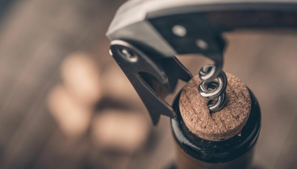 RIKTIG LAGRING: Har du først åpnet flasken bør du oppbevare den mørkt og kjølig, da vil den holde lenger. FOTO: NTB Scanpix