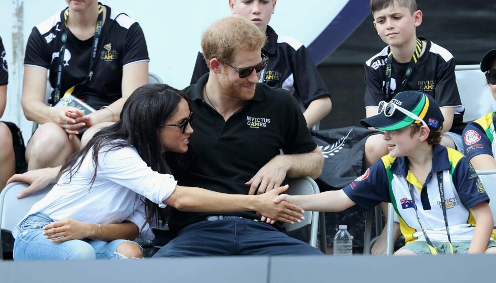 NÆRMØTE: En av de unge deltakerne fikk hilse på Meghan Markle og prins Harry under tilstelningen. FOTO: NTB Scanpix