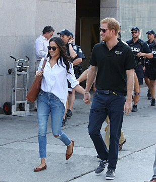 HÅND I HÅND: Prins Harry og Meghan Markle på vei ut av sportseventet. FOTO: NTB Scanpix