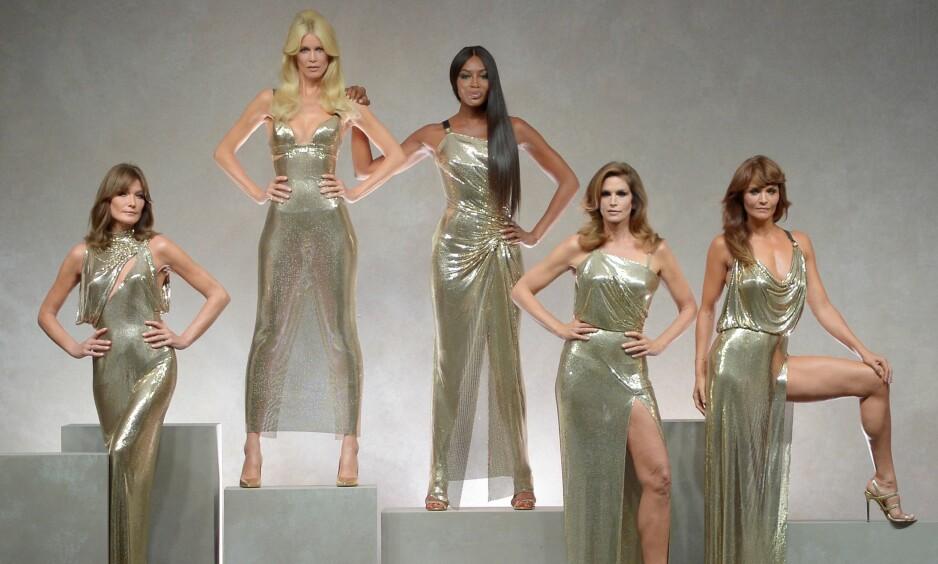 <strong>MILANO FASHION WEEK:</strong> Carla Bruni, Claudia Schiffer, Naomi Campbell, Cindy Crawford og Helena Christensen avsluttet Versace-showet. Foto: Scanpix