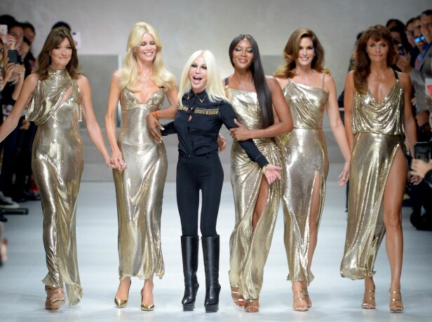<strong>MED DESIGNEREN:</strong> Carla Bruni, Claudia Schiffer, Donatella Versace, Naomi Campbell, Cindy Crawford og Helena Christensen. Foto: Scanpix