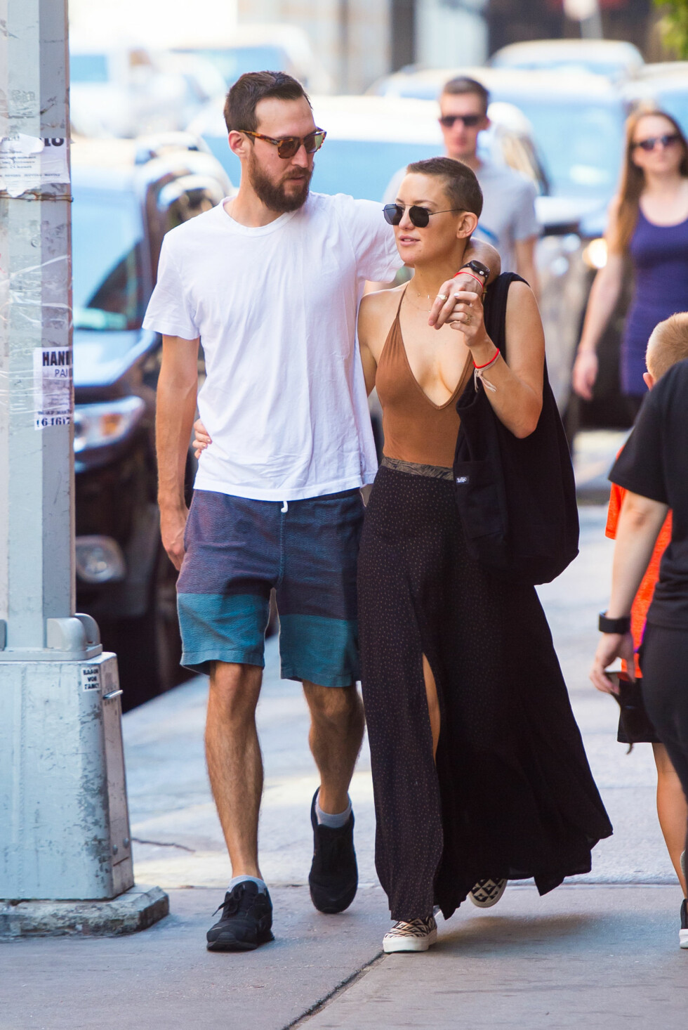 FORELSKA: Kate Hudson og musiker-kjæresten Danny Fujikawa out and about i Tribeca i New York. Foto: NTB Scanpix