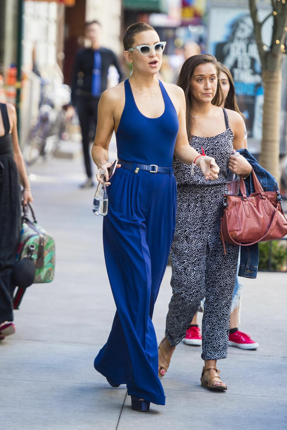 HOT I BLÅTT: Kate Hudson på shopping med venninner i New York. Foto: NTB Scanpix