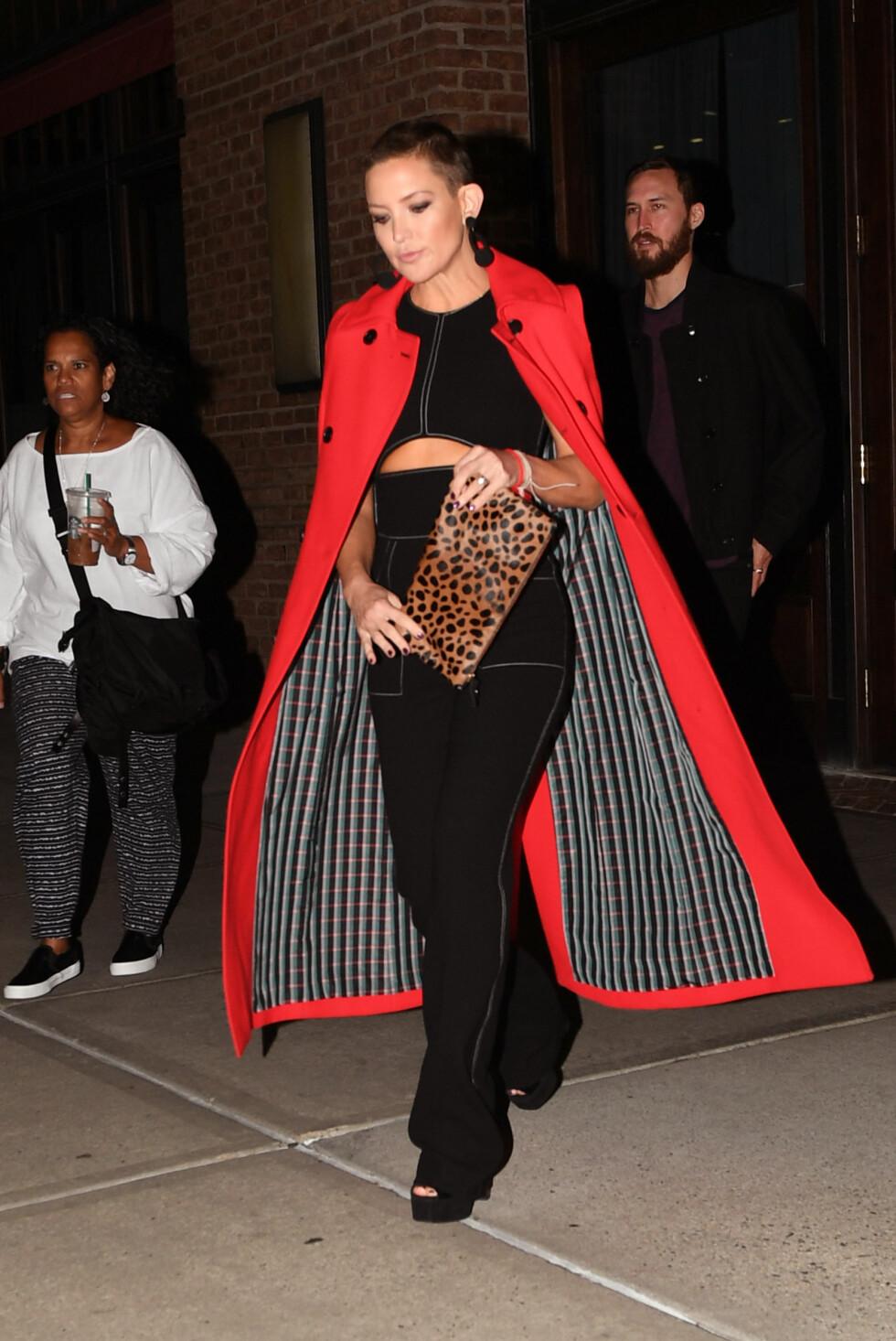 I NEW YORK: Kate Hudson rocka et knallrødt antrekk i New York i september. Foto: NTB Scanpix
