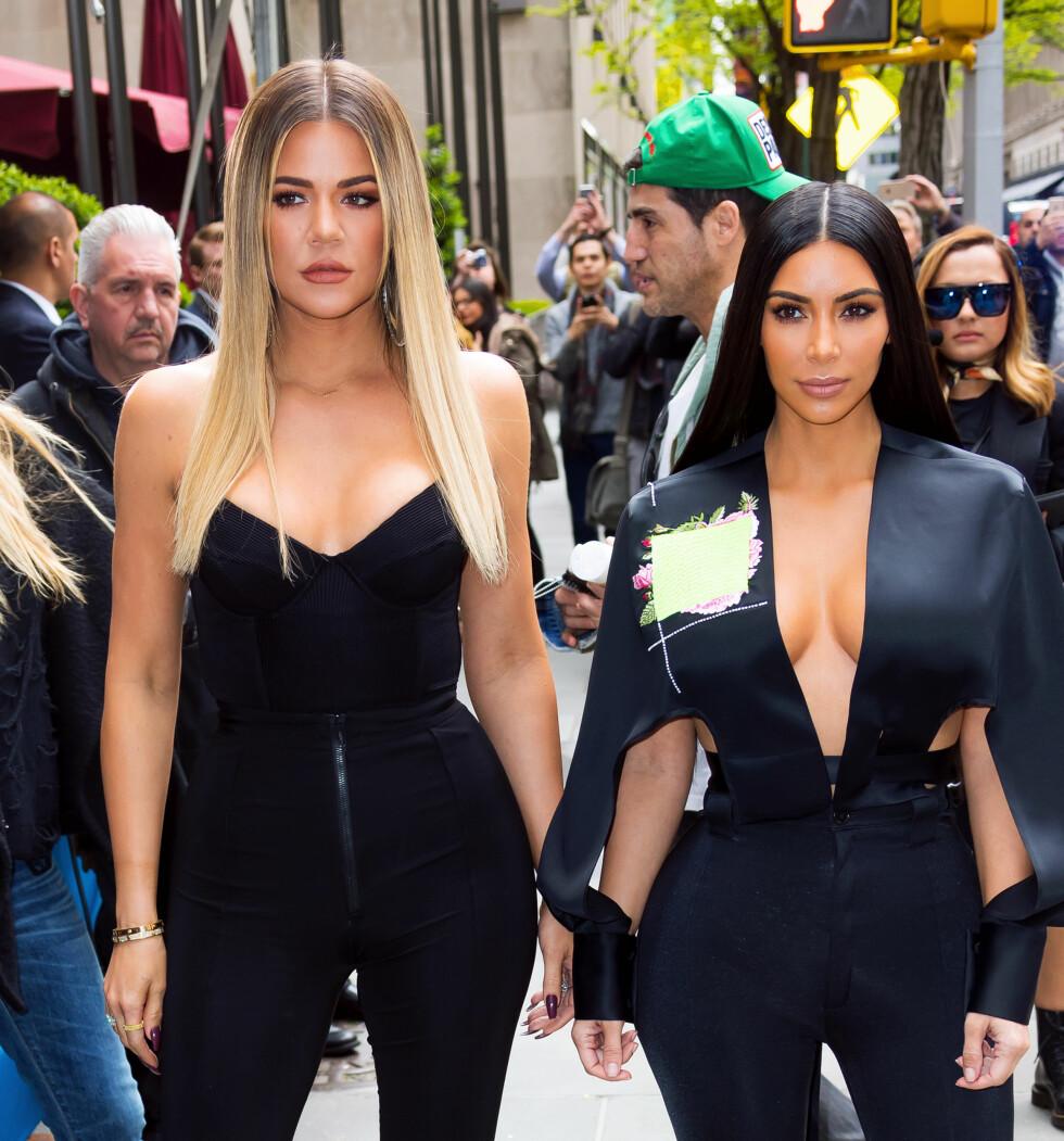 Khloé Kardashian og søsteren Kim Kardashian. Kim har to barn med Kanye West - og venter sitt tredje via surrogat ifølge flere medier.