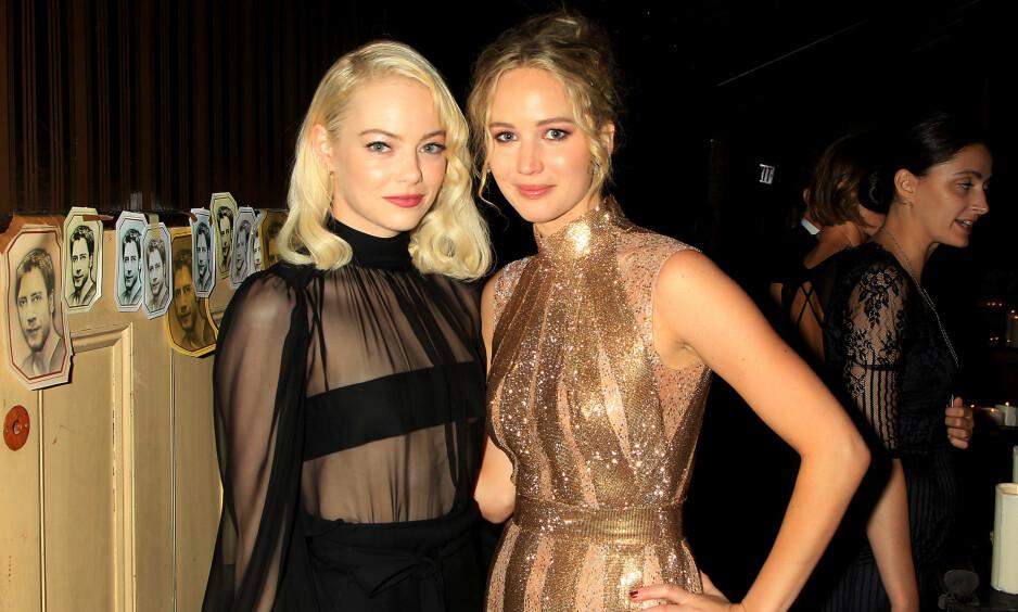 BEST BETALT: Emma Stone (t.v.) troner på toppen over de kvinnelige skuespillerne som tjener mest i Hollywood. Kollega Jennifer Lawrence (t.v.) ligger på tredjeplass. FOTO: NTB Scanpix