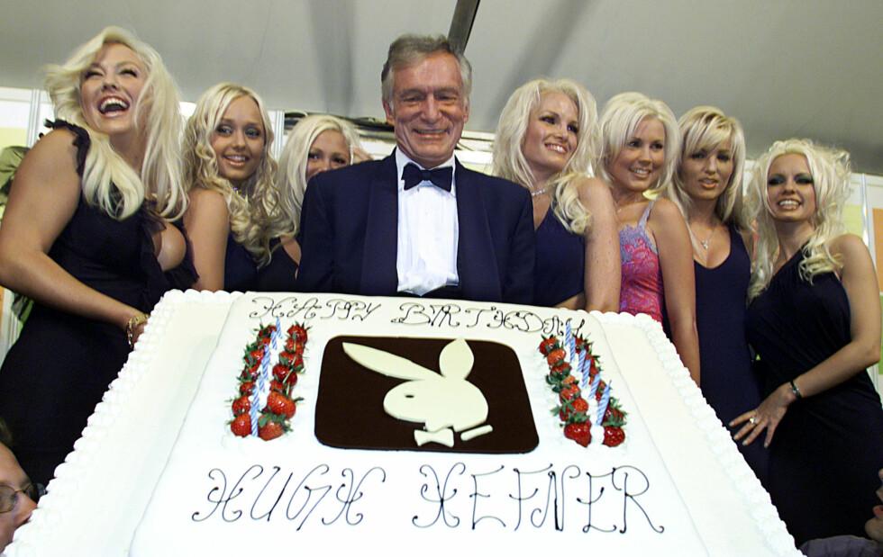 STOR STÅHEI: Hefner på sin 75-års dag i 2001, flankert av syv playmates i Cannes.