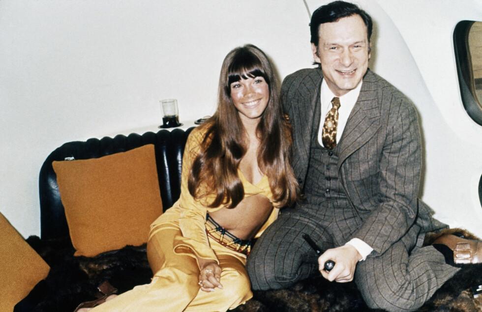 KVINNEBESØK: Men artisten og Playboy-modellen Barbi Benton på besøk i privatflyet i 1970.