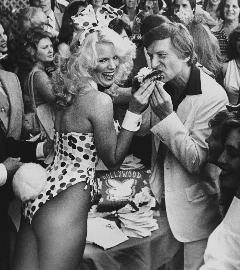 WALK OF FAME: Hefner innlemmesi Walk of Fame i 1980. og får kake fra egen bunny.