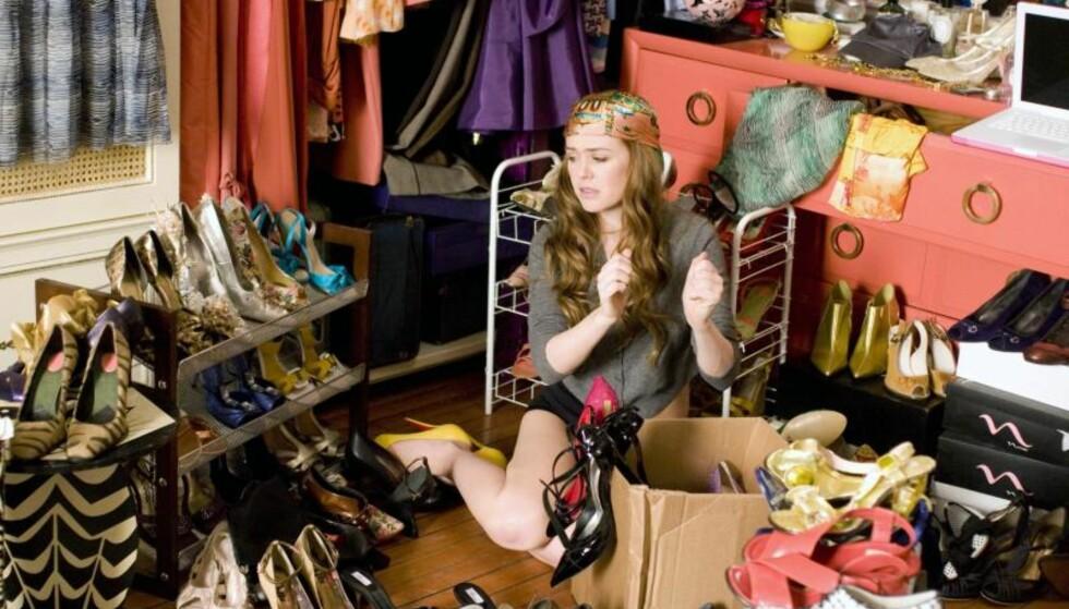 TRENDER: Du har sikkert ryddet i klesskapet en gang og funnet flere ting du ikke har brukt på en stund? Vi har listet opp tre trender vi en gang hadde i skapet vårt som vi håper ikke gjør et comeback! Foto: Scanpix