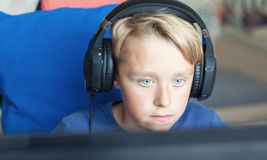GAMING BLANT BARN: For å kunne regulere barnas dataspilling, er det viktig at foreldrene viser interesse, mener psykolog. Foto: NTB Scanpix