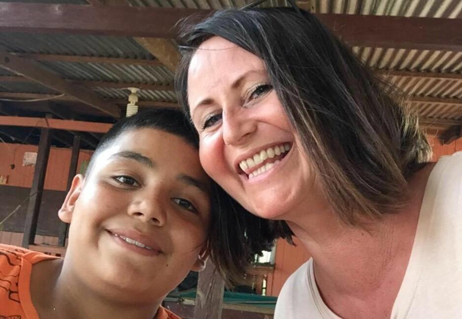 LINE ANDERSEN TV-AKSJONEN: Line Andersen tok en selfie sammen med den 11 år gamle skoleeleven John Sebastian Cavides i Colombia. Det ble et sterkt og minnerikt møte for programlederen. Foto: Privat