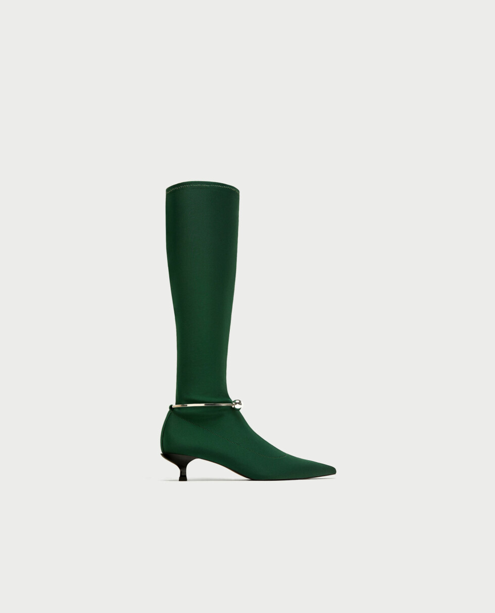 Sko fra Zara  559,-  https://www.zara.com/no/no/trf/sko/st%C3%B8vel-med-smalt-skaft-og-metalldetalj-c269216p4989016.html