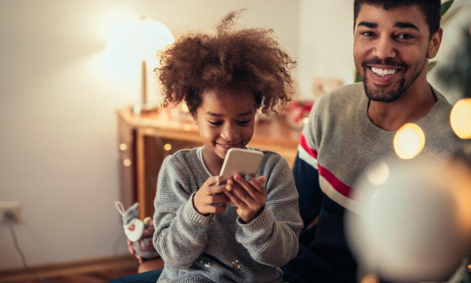 BARNS MOBILBRUK: – En barnehjerne lærer raskt å bli belønnet via digital interaksjon, noe som er problematisk, fordi man venner seg til ekstern styring via algoritmer, forklarer eksperten. FOTO: NTB Scanpix