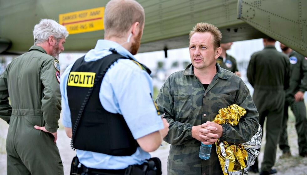 <strong>PETER MADSEN:</strong> Her er oppfinneren Peter Madsen, som eide ubåten Kim Wall var om bord i, i samtale med politiet 11. august - kort tid etter at ubåten sank i København. Da var Kim Wall fremdeles savnet. Foto: NTB Scanpix