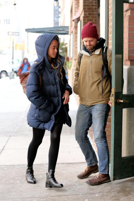 PRAKSISPLASS: Malia Obama, eks-president Obamas datter, hadde tidligere i år praksisplass i The Weinstein Company i New York. Her er hun på vei inn. Foto: NTB Scanpix