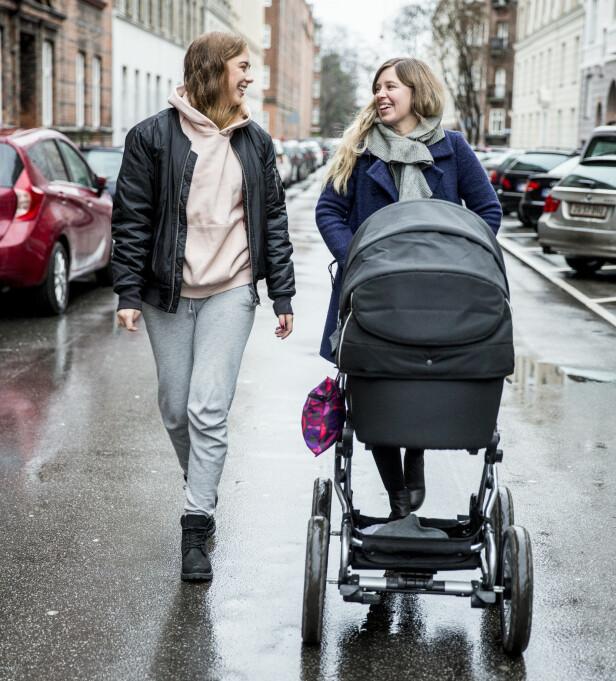 HJELPER TIL MED LILLESØSTER: Freya reagerte med sinne da moren fortalte om graviditeten, men etter hvert innså hun at det ikke var så ille allikevel. FOTO: Privat