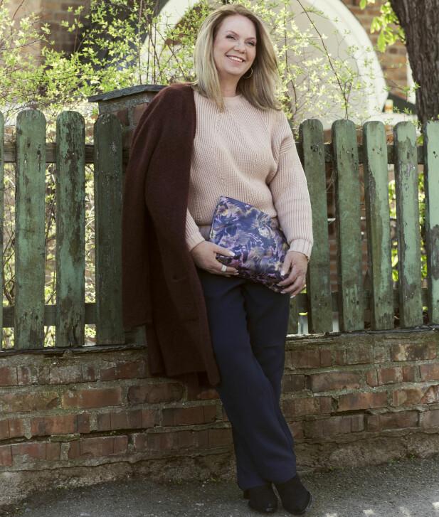 LENE HAR PÅ SEG: Kardigan (kr 1800, Ilse Jacobsen), genser(kr 500, Lindex), bukser(kr 500, H&M), clutch(kr 450, House of Hackney) og sko (kr 500, H&M). FOTO: Astrid Waller