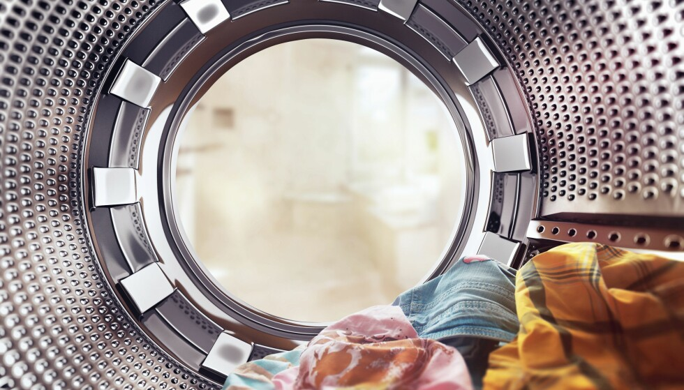LA KLÆR LIGGE I VASKEMASKINEN: Den ferske klesvasken din kan fort bli en bakteriebombe om du lar den ligge. FOTO: NTB Scanpix