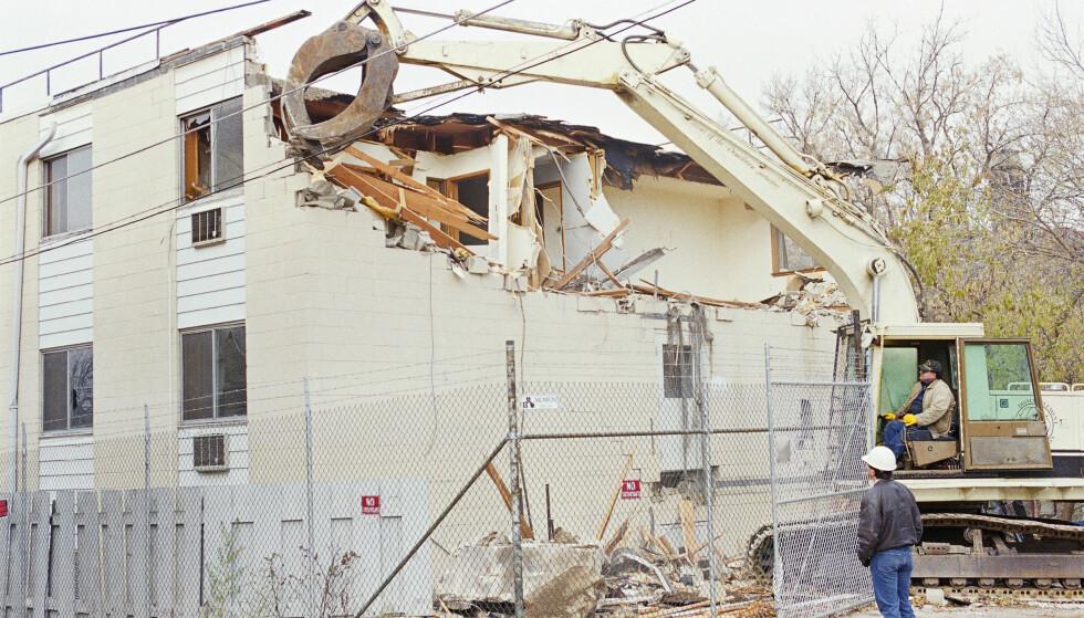 <strong>SLETTET SPORENE:</strong> I november 1991, fire måneder etter at Dahmel ble avslørt, valgte myndighetene å rive leilighetskomplekset hvor 12 av hans 17 ofre ble drept. Foto: NTB Scanpix