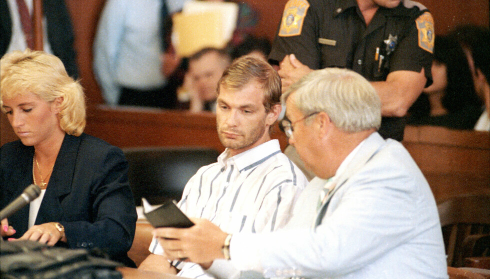 IKLEDD SKJORTEN TIL ET OFFER: Dette bildet er tatt tre dager etter at Jeffrey Dahmer ble avslørt. Her er han visstnok ikledd et av ofrenes skjorter i samtale med forsvarer Gerald Boyle. Foto: NTB Scanpix