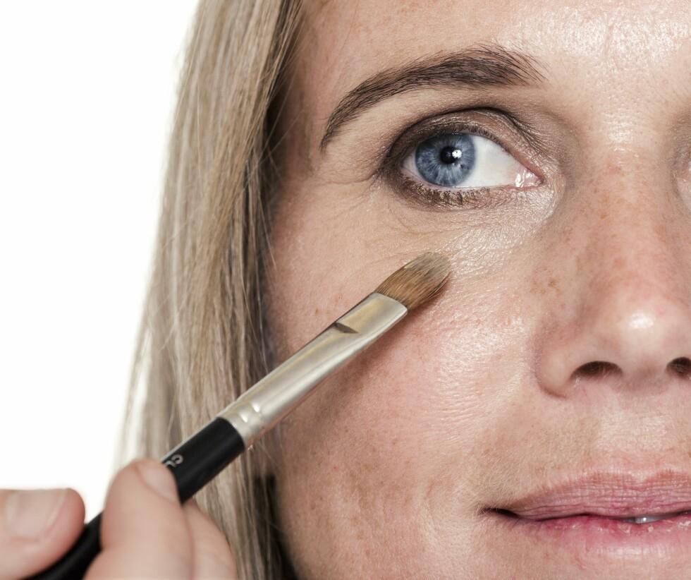 Fjern eventuelt dryss fra den mørke skyggen, og legg foundation under øynene etter at du er ferdig med øyesminken.