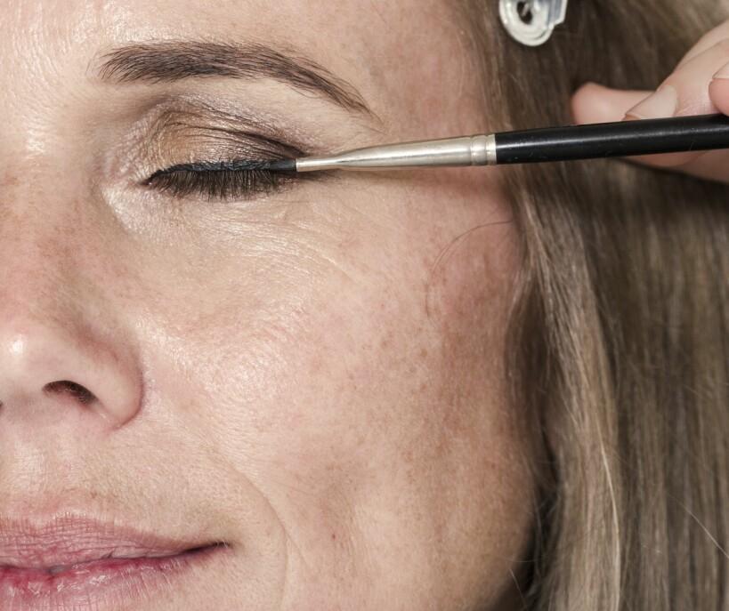 2. Bruk en spiss og fast pensel til å legge liner langs vippekanten for å markere blikket enda mer.