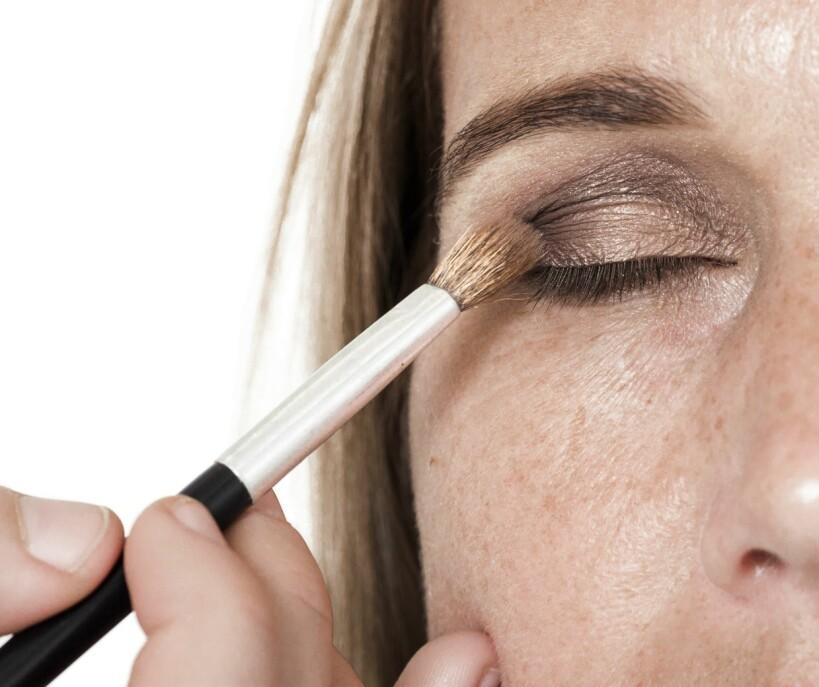 1. En avrundet kost er fin til åblande de ulike øyeskyggene sammen. Den myke formen gir fine og jevne overganger.