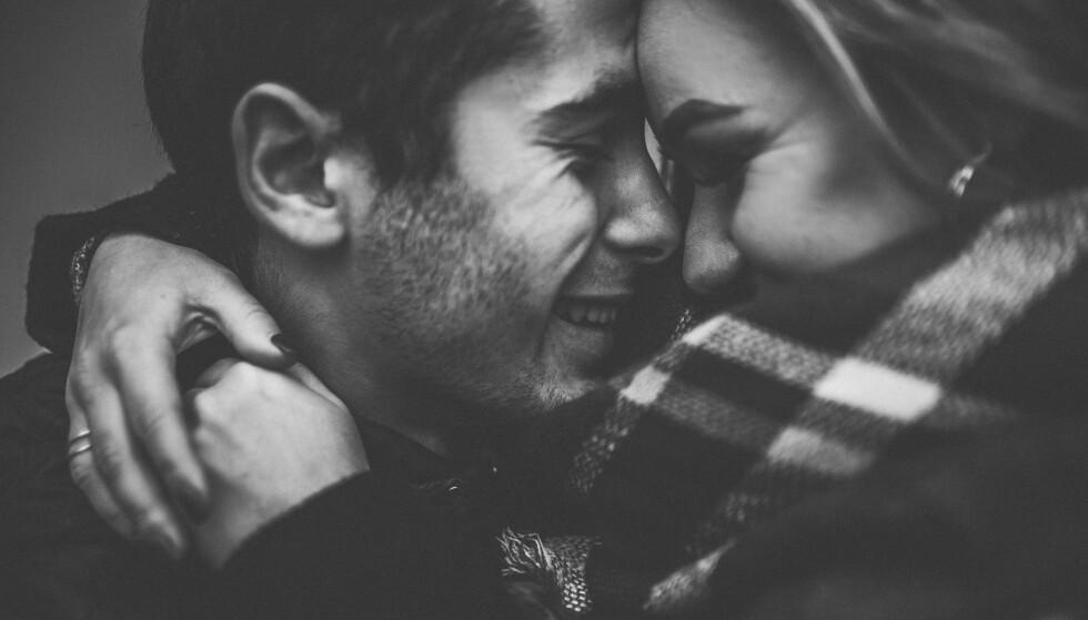 Å SI JEG ELSKER DEG: Er du usikker på om du er klar for å fortelle partneren din at du elsker han? Ifølge ekspertene må lytte til følelsene dine for det finnes ikke noe fasitsvar på når tiden er inne. FOTO: NTB scanpix