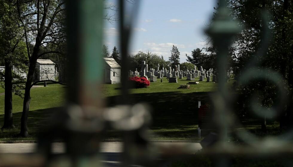 GRAVEN BLE ÅPNET: Her, på Holy Cross Cemetery i Philadelphia, fikk Dr. H.H. Holmes sitt siste hvilested. Eller gjorde han det? FOTO: NTB Scanpix