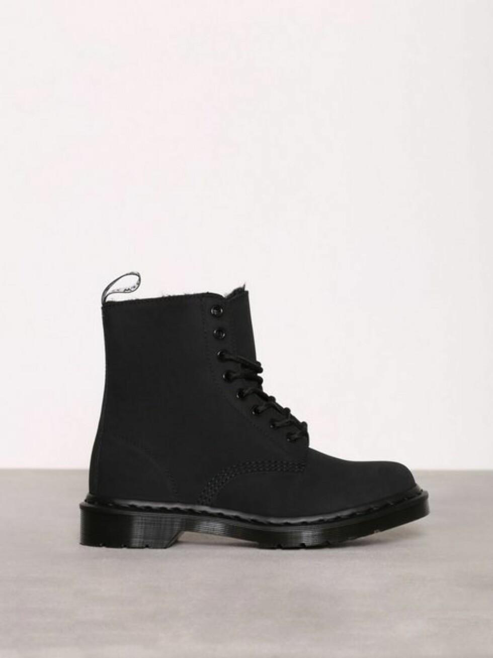 Sko fra Dr Martens via Nelly.com |1799,-| https://nelly.com/no/kl%C3%A6r-til-kvinner/sko/boots-booties/dr-martens-100309/1406-mono-309071-0014/