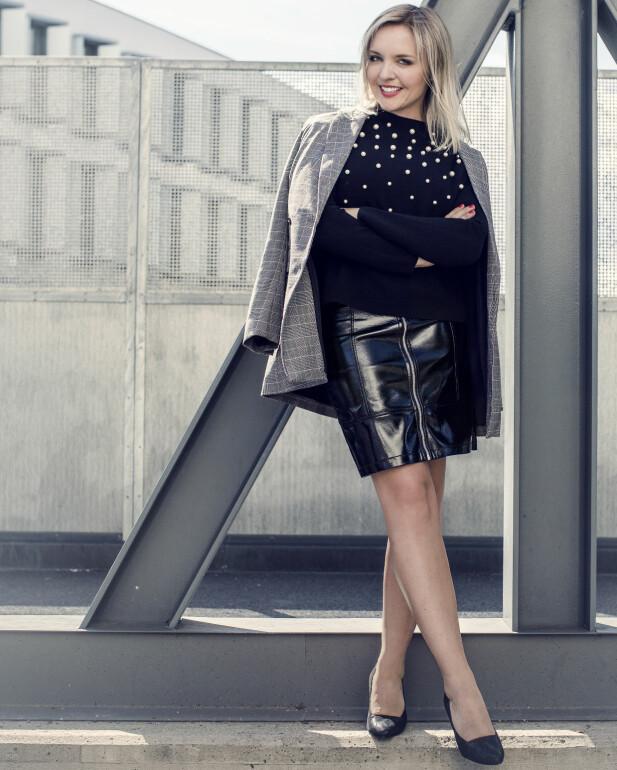 SUNNIVA HAR PÅ SEG: Blazer (kr 500) og lakkskjørt (kr 350, begge fra Gina Tricot), genser (kr 1000, Hallhuber) og sko (kr 700, Tamaris). FOTO: Astrid Waller