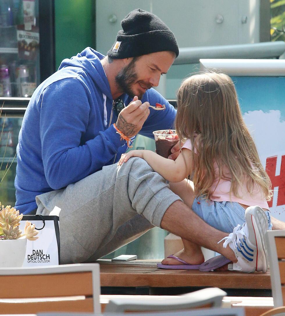 KOSESTUND: David Beckham og Harper tok en time out med en bolle Acai da de var på shopping i Los Angeles i 2015. Ingen tvil om at den lille jenta elsker alenetid med pappa David. Foto: NTB Scanpix