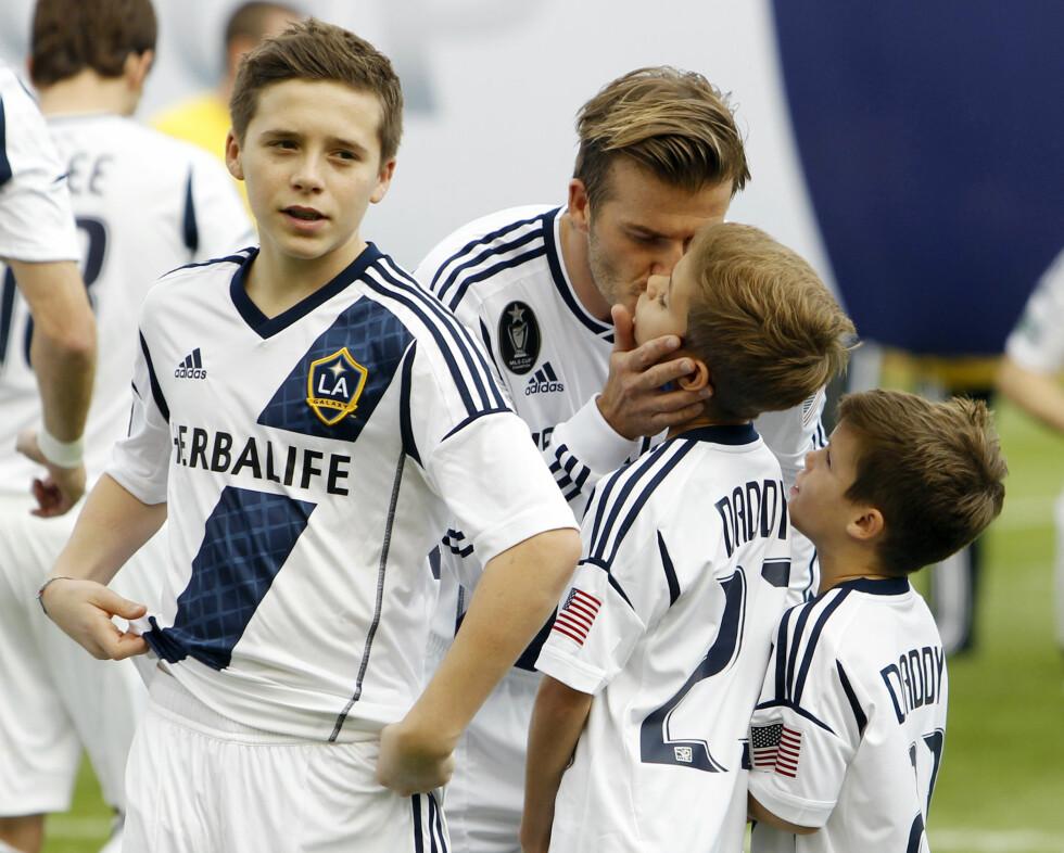 DAVID BECKHAM: Den tidligere fotballspilleren David Beckham har ingenting imot å klemme og kysse barna sine offentlig - til tross for at noen har ment at det er uhørt. Her med sønnene Brooklyn, Romeo og Cruz. Foto: NTB Scanpix