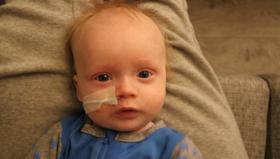SJELDEN TILSTAND: Caroline og Kristian valgte å stole på magefølelsen, noe som mest sannsynlig reddet sønnens liv. Foto: Privat