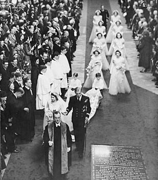 BRUDEPARET: Prinsesse Elizabeth og prins Philip under bryllupsseremonien den 20. november 1947. De hadde åtte brudepiker og to brudesvenner. Det var dekan Alan Campbell Don som ledet seremonien. Foto: NTB Scanpix