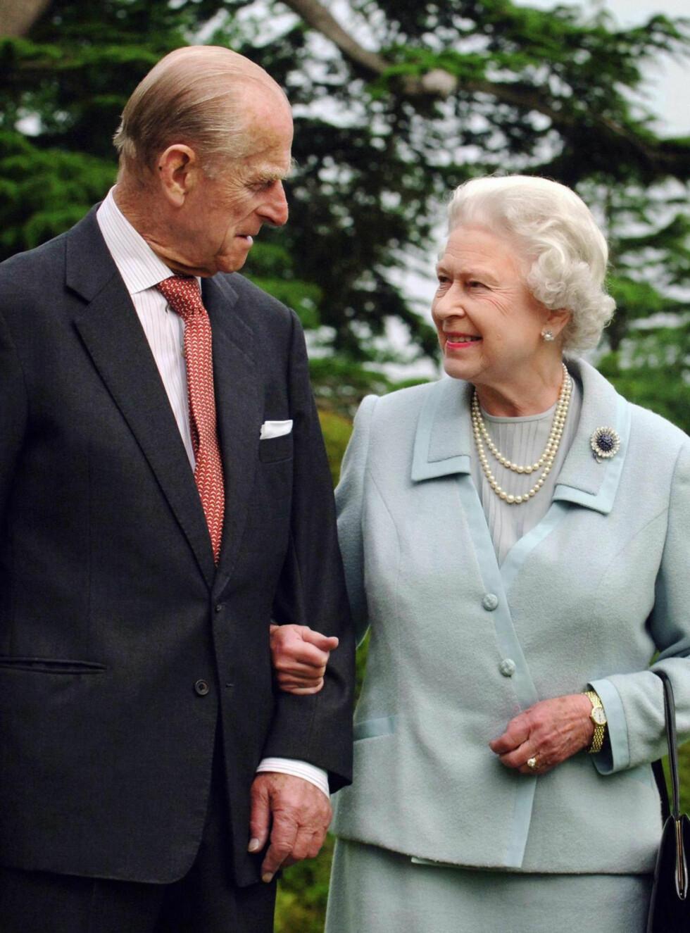 GIFT I 70 ÅR: Dronning Elizabeth og prins Philip har levd et langt og godt liv, og har i år vært gift i hele 70 år. Dette bildet ble tatt i forbindelse med diamantbryllupet i 2007. Foto: NTB Scanpix