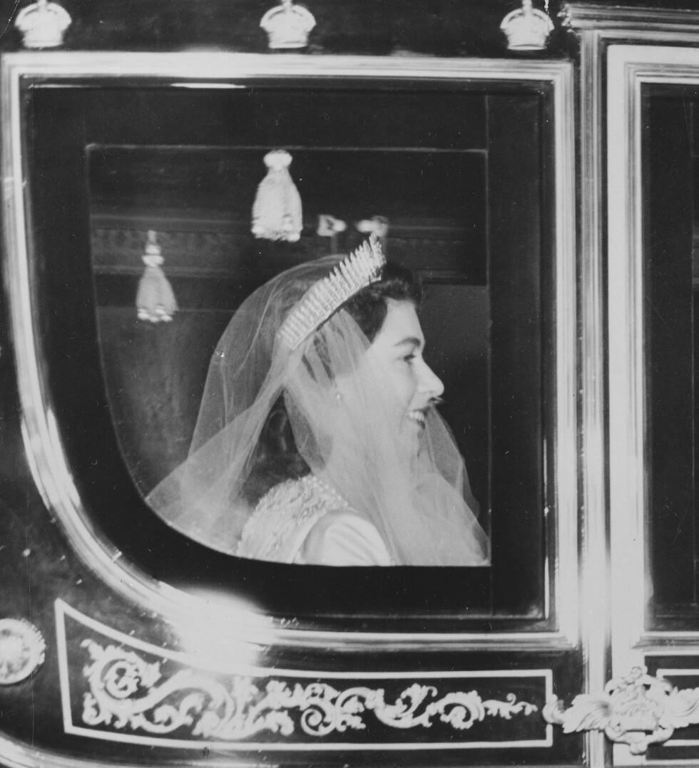 BRUDEN: Prinsesse Elizabeth på vei inn til katedralen. Tiaraen er et smykke som hun fikk av sin mor. Det har tidligere tilhørt dronning Victoria og ble da brukt som et halskjede. Foto: NTB Scanpix