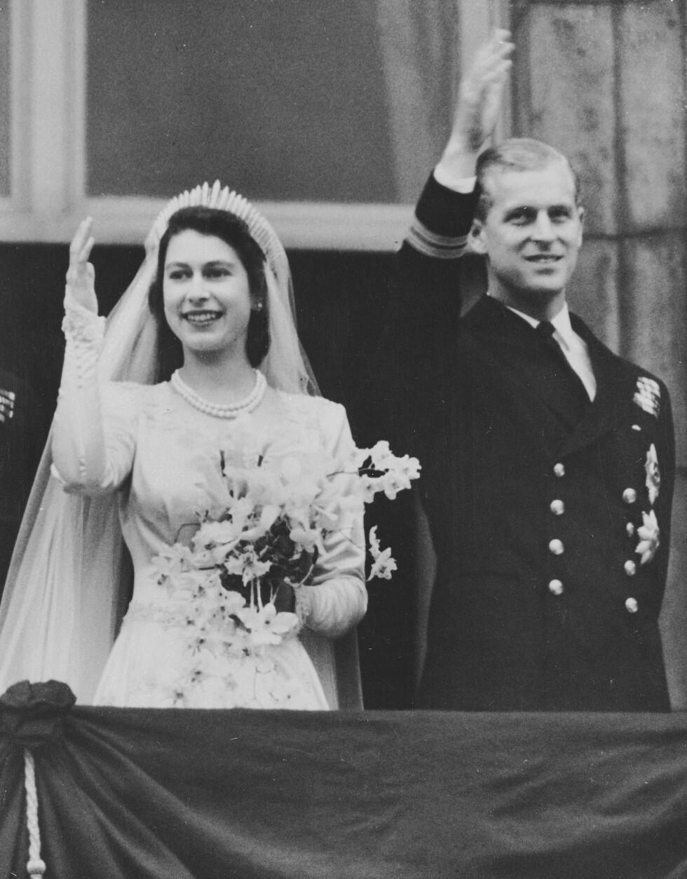 ET KONGELIG VINK: De nygifte på Buckingham palace. Foto: NTB Scanpix