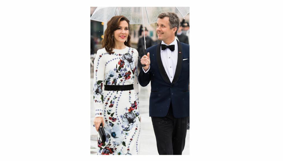 FREDERIK OG MARY: Det danske kronprinsparet møtte hverandre i Sydney i 2000. I en ny bok åpner de to opp om kjærligheten. Dette bildet er tatt i forbindelse med kong Harald og dronning Sonjas 80-årsfeiring i Oslo våren 2017. Foto: NTB Scanpix
