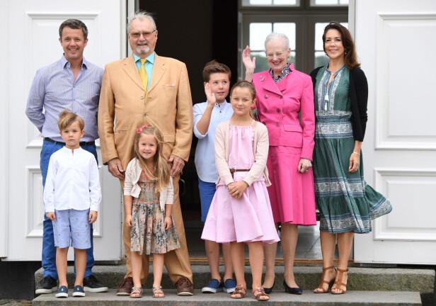 FIN FAMILIE: Kronprinsparet sammen med sine fire barn og foreldrene dronning Margrethe og prins Henrik. Prins Henrik gikk bort 13. februar 2018, i en alder av 83 år. Foto: NTB Scanpix