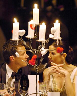 ROMANTISK ØYEBLIKK: Kronprins Frederik og kronprinsesse Mary fotografert i 2005 under en tilstelning i regi av Redd Barna. Foto: NTB Scanpix