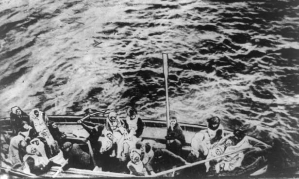 REDDET: En livbåt med overlevende passasjerer fra RMS Titanic fotografert fra skipet RMS Carpathia - som tok imot de som hadde sluppet unna skipsforliset med livet i behold. Det er ukjent hvilket nummer denne livbåten hadde. Millvina, broren og moren ble reddet med livbåt nummer 10. Foto: NTB Scanpix