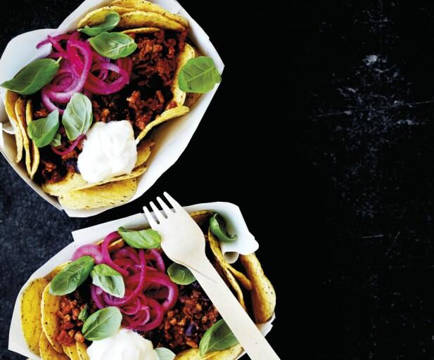 Meksikanske nachos og krydret svinekjøtt med bønner og chorizo. FOTO: All Over Press