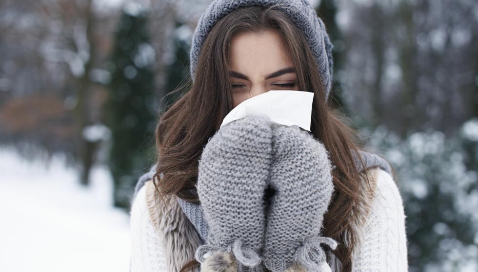 SMITTE: Hjelper det å holde pusten når noen nyser eller hoster i nærheten av deg? Ekspertene har gitt oss svaret. FOTO: NTB Scanpix