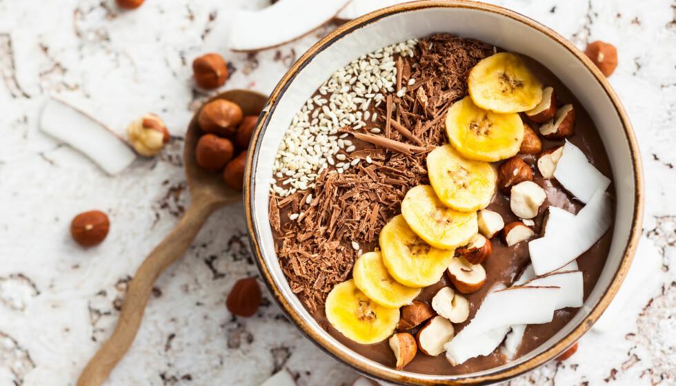 <strong>SMOOTHIE BOWL:</strong> - For at en smoothie skål skal bli et godt sammensatt måltid bør det bidra med protein, karbohydrater, fiber og litt fett, samt vitaminer og mineraler, sier eksperten. FOTO: NTB Scanpix