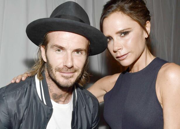 HAR LATT HÅRET GRO: David og Victoria Beckham fotografert under et moteevent i Los Angeles i oktober. Den tidligere fotballspilleren ha latt håret gro, og bruker titt og ofte man bun - noe Victoria Beckham (og vi!) elsker. Foto: NTB Scanpix