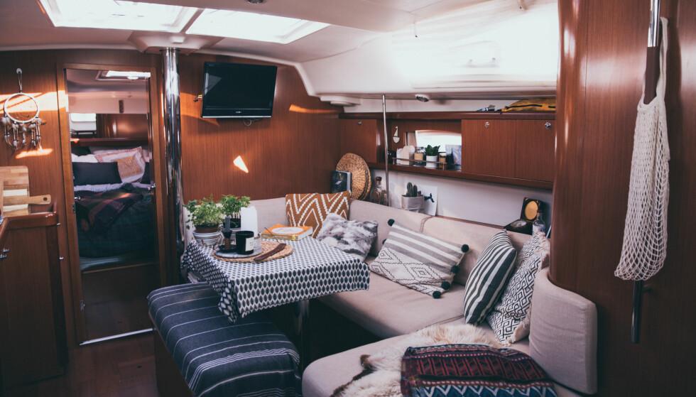 INNE I BÅTEN: Båten har en sofakrok, et kjøkken, tre lugarer og to bad. FOTO: Privat